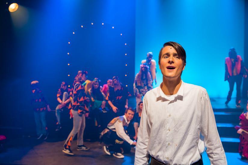 Pippin singt auf der Bühne.