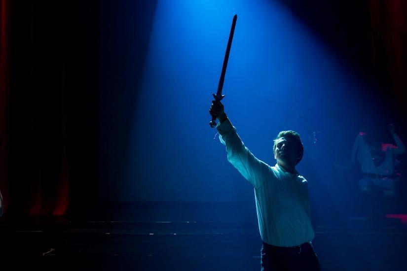 Krieger streckt sein Schwert in die Luft.