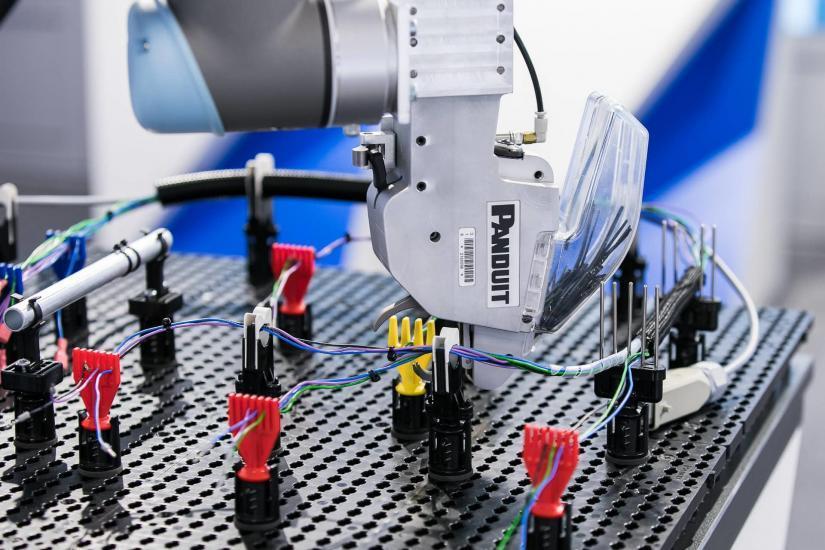 Roboterarm mit Kabel.