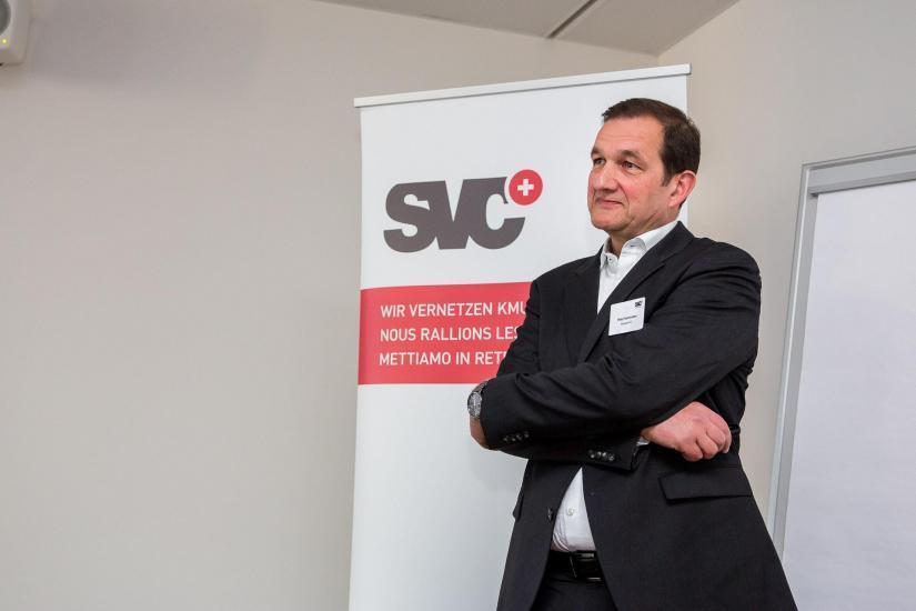 """Mann namens """"Peter Kammüller"""" vor dem SVC Banner."""