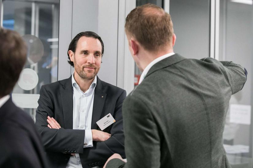 Zwei Männer in einer Diskussion.