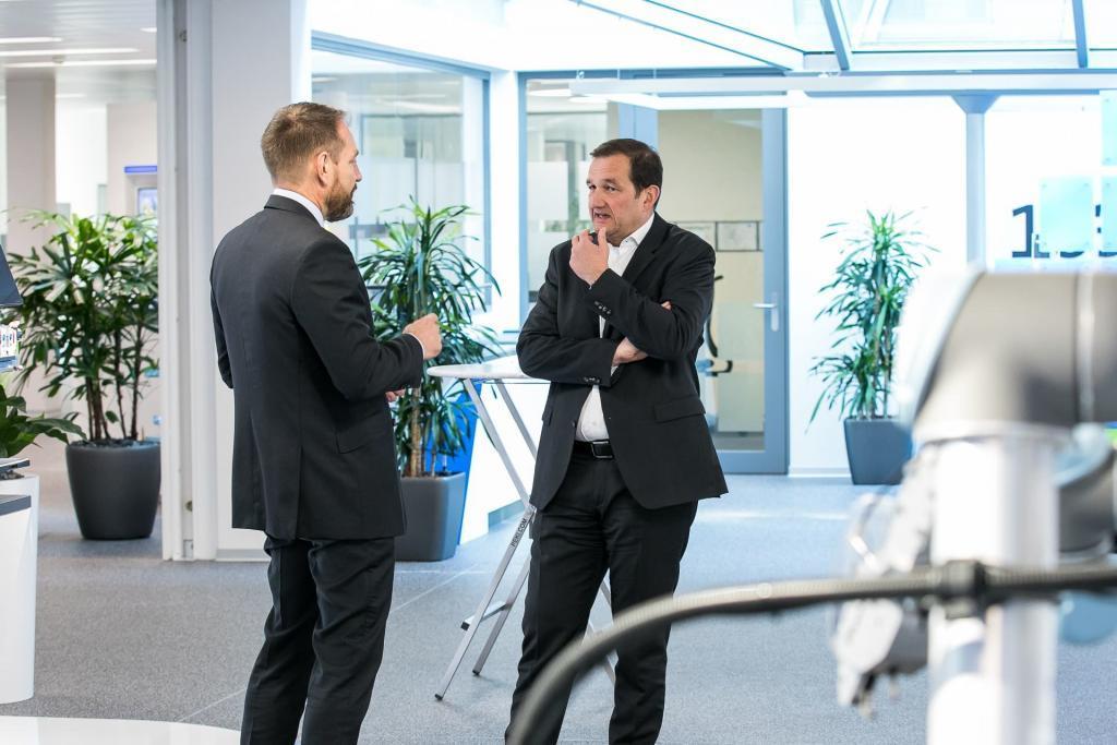 Zwei Männer diskutieren.
