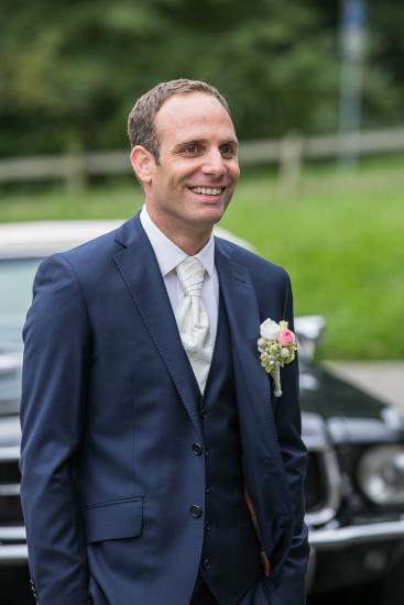 Bräutigam wartet freudig auf seine Braut.