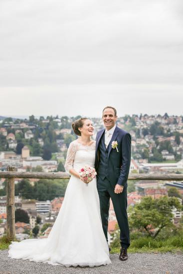 Fröhliches Brautpaar beim shooting.