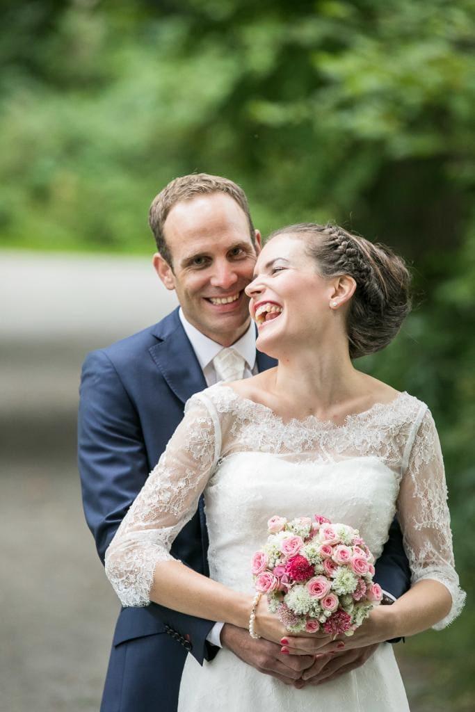 Glückliches Brautpaar umarmt sich.