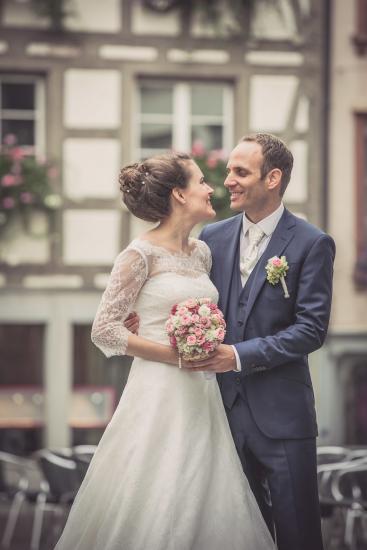 Brautpaar schaut sich tief in die Augen.