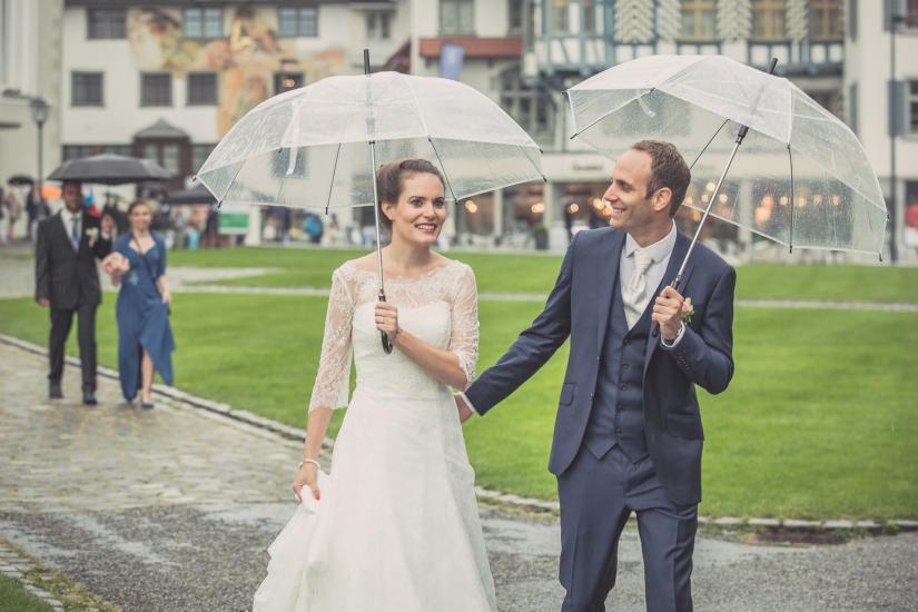 Brautpaar spaziert bei Regen über Klosterplatz St.Gallen.