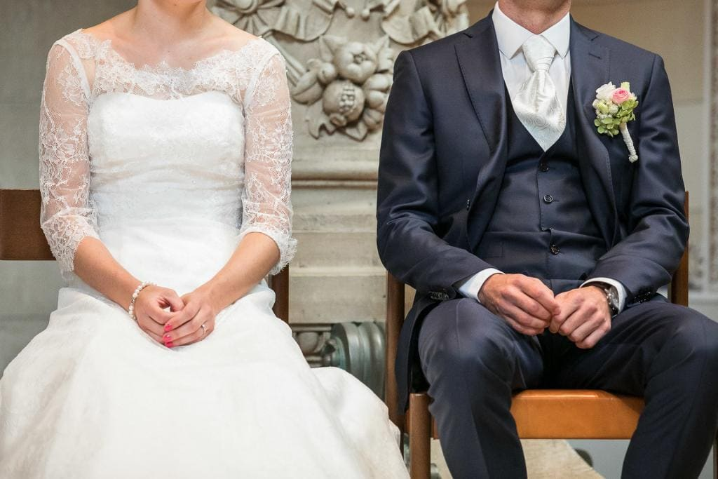 Brautpaar sitzt in der Kirche.