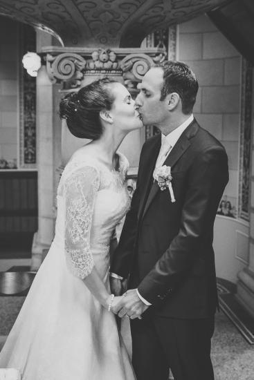 Brautpaar küsst sich in der Kirche.