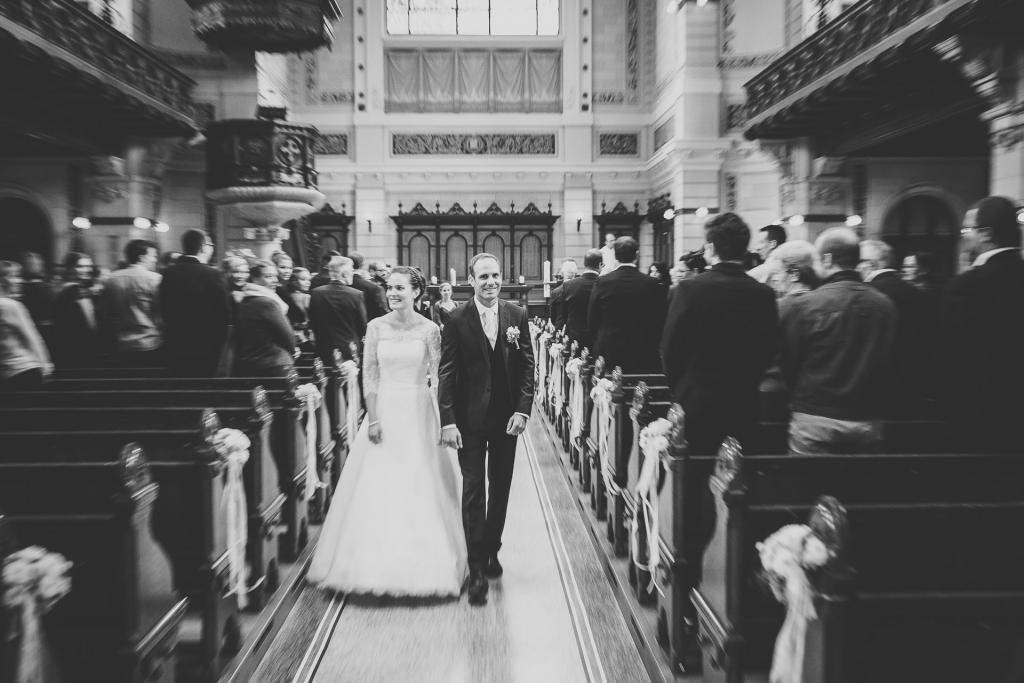Brautpaar laufen aus der Kirche.