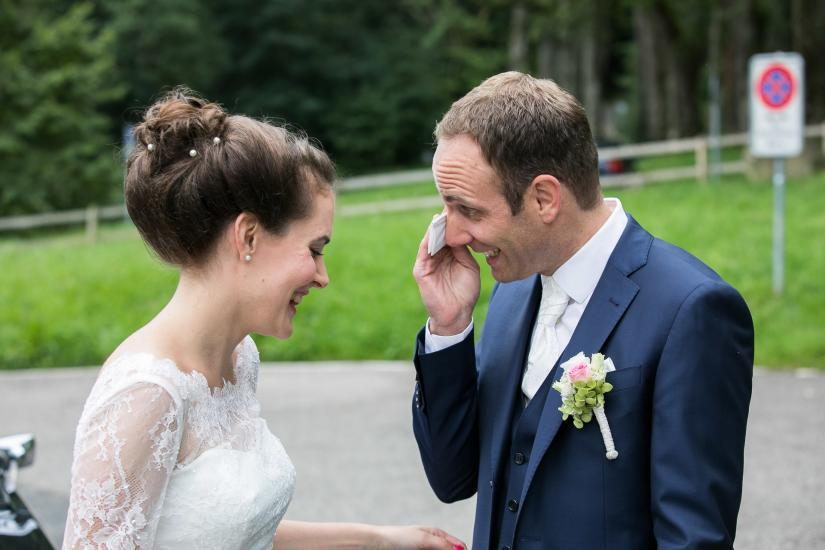 Bräutigam wischt sich Tränen aus den Augen.