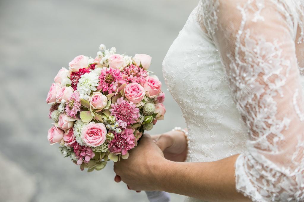 Brautstrauss mit Hochzeitskleid.
