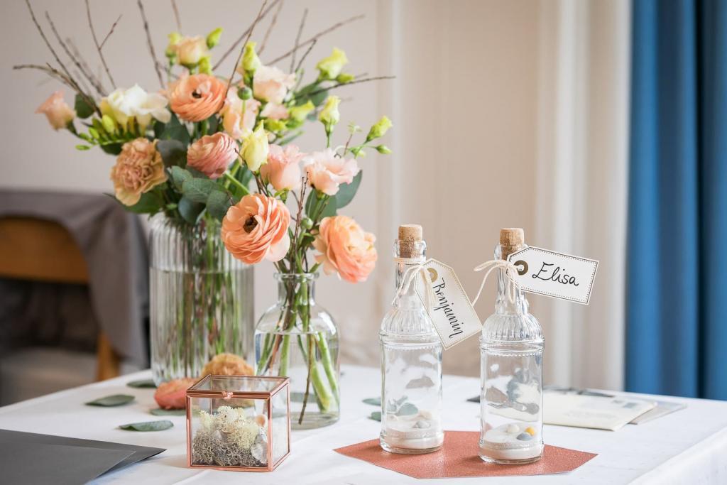 Flaschenpost mit Blumen.