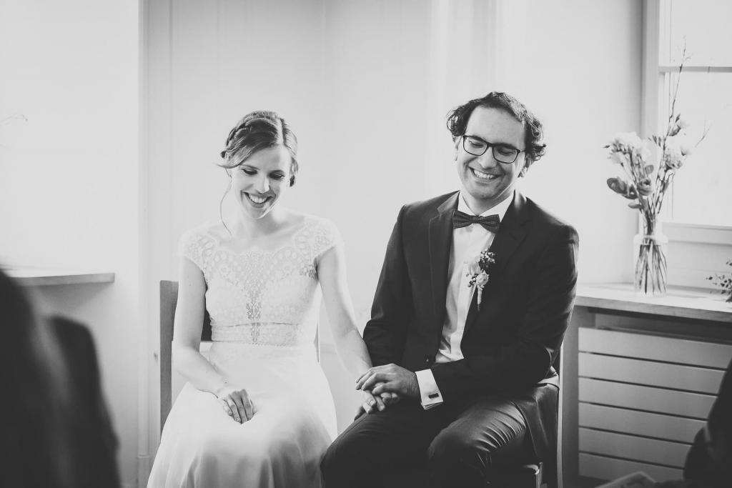 fröhliches Brautpaar bei der Zeremonie.