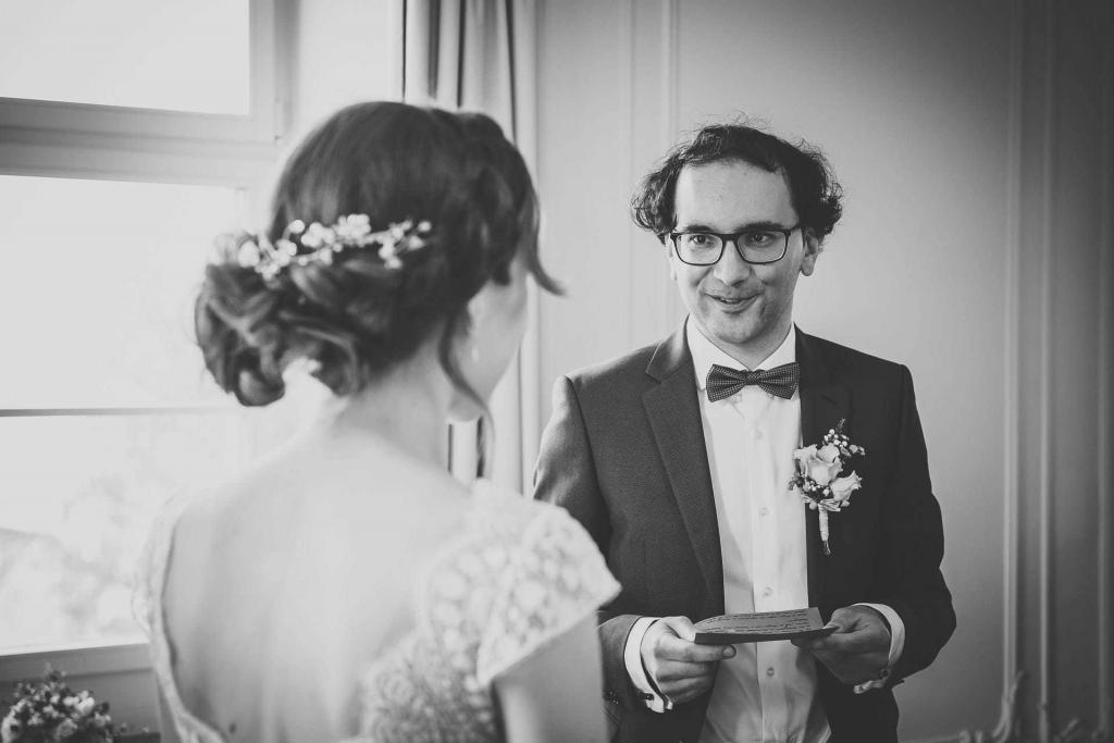 Bräutigam liest Braut einen Brief vor.