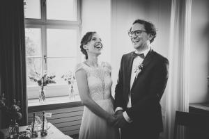 fröhliches Brautpaar bei der Trauung.