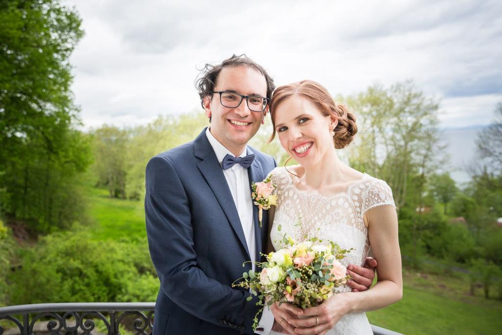 Brautpaar auf einem Balkon.