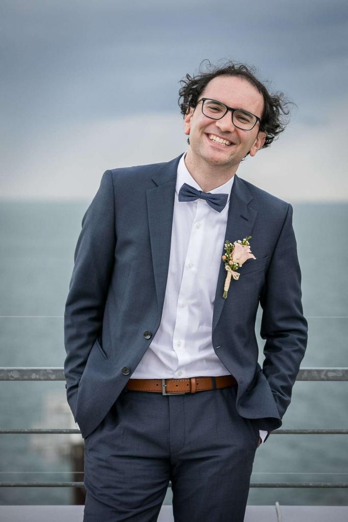 lachender Bräutigam im blauen Anzug.
