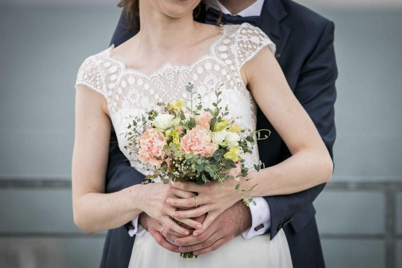 Brautpaar mit Brautstrauss