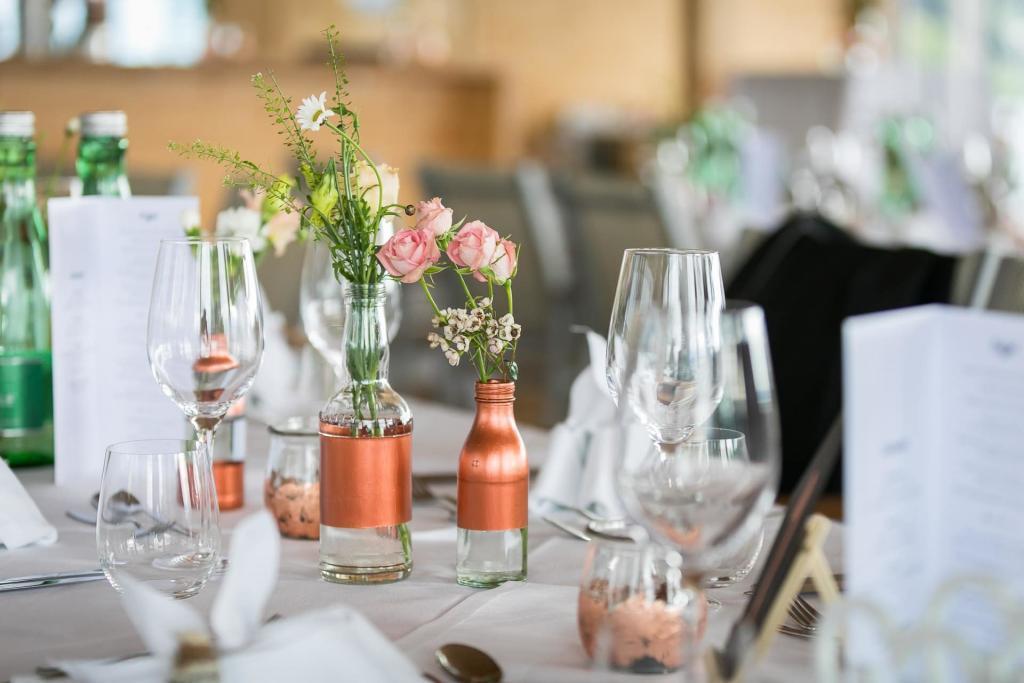 Tischdeko und Gläser