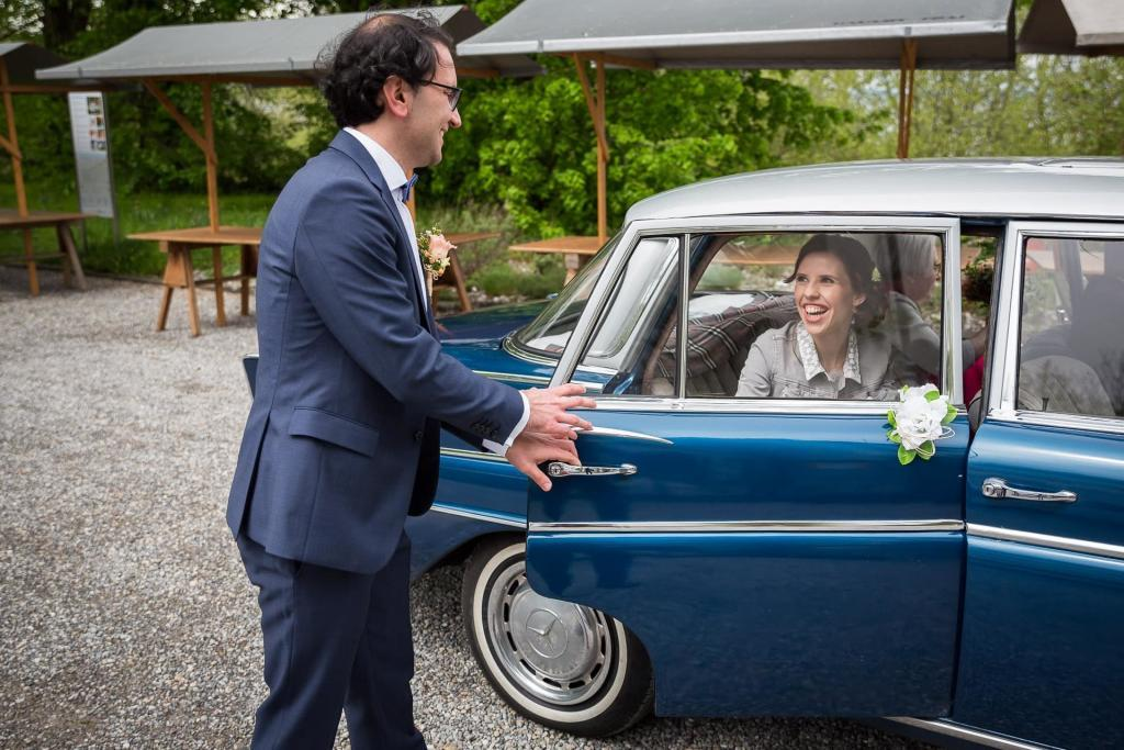 Bräutigam empfängt Braut.