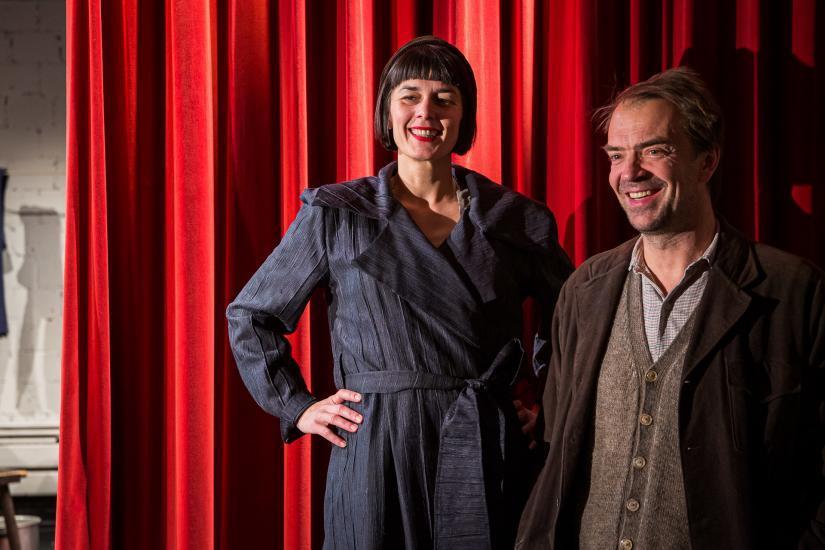 zwei Schauspieler vor rotem Vorhang