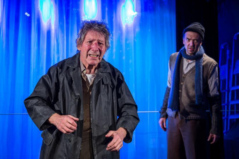 verzweifelter Mann vor blauem Hintergrund