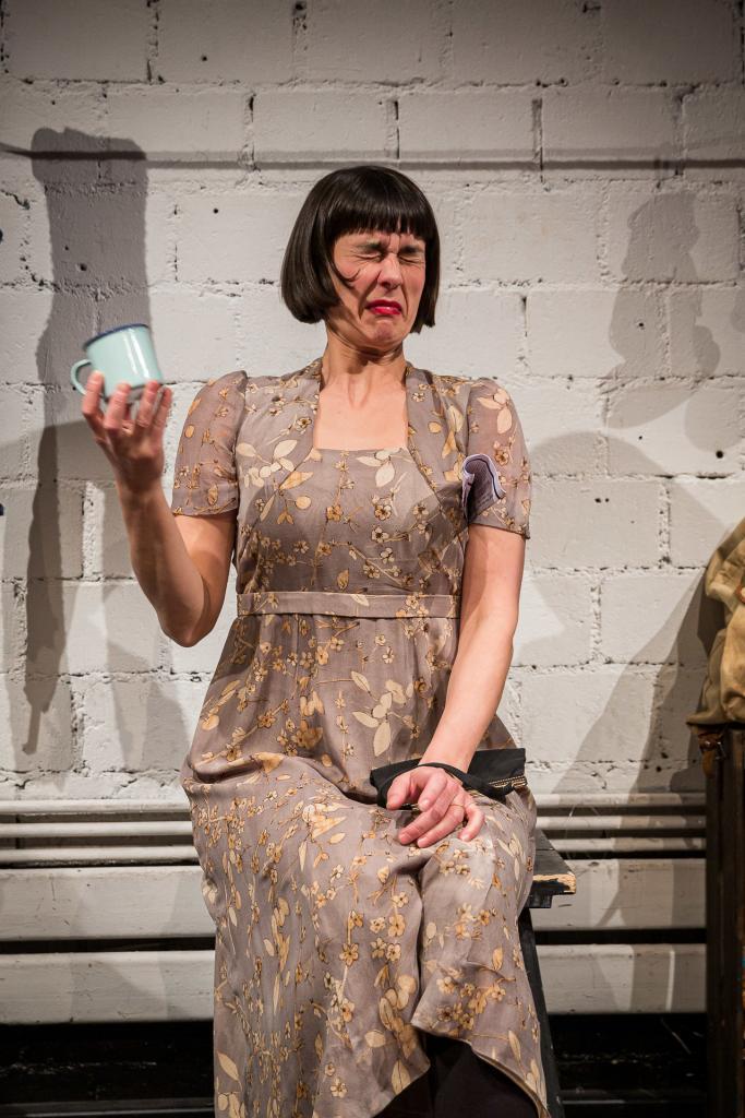Schauspielern verzieht Gesicht nach trinken.