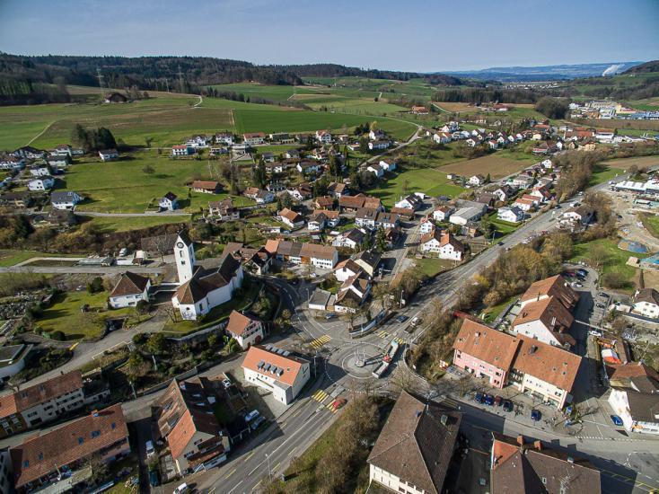 Übersicht der Gemeine mit Dorfplatz und Kirche